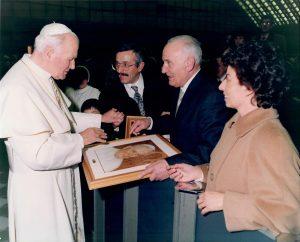 Ghinassi, accompagnato dai figli, incontra Giovanni Paolo II