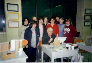 """Ghinassi insieme ai partecipanti del corso """"ritratto su maiolica"""""""