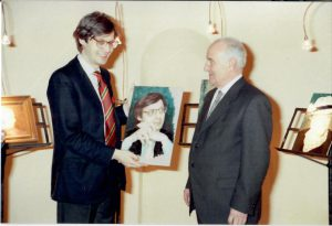 il critico d'Arte Vittorio Sgarbi visita la mostra Antologica di Ghinassi realizzata a Riolo Terme nella sala San Giovanni Battista nell'anno 1994