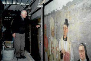 Il pittore Sante Ghinassi sovrintende l'installazione delle 900 piastrelle quadrate ( lato cm 33,3) che formano il pannello della Redenzione